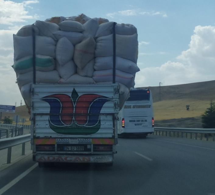 Saman yüklü kamyonlar  kazalara davetiye çıkarıyor