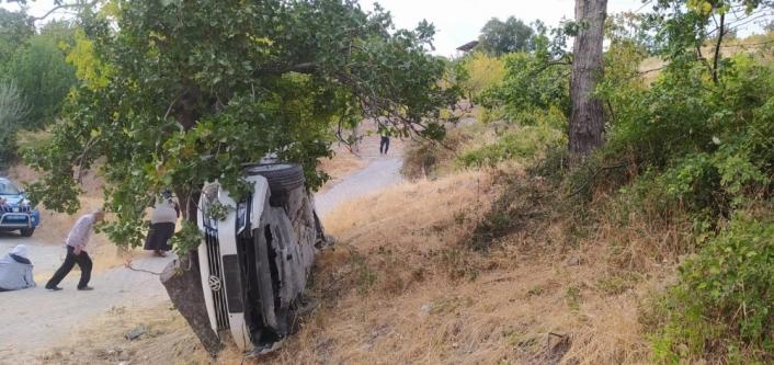 Şarampole yuvarlanan araçtaki 3 kişiyi itfaiye kurtardı