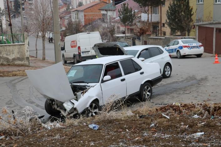 Satılığa çıkardığı otomobil ile kaza yaptı, yaralandı