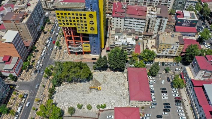 Şehir meydanı için eski adliye binası yıkıldı, sıra ´dünyanın en saçma binası´nda