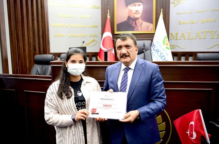 Selahattin Gürkan, dereceye giren öğrencilere ödüllerini verdi