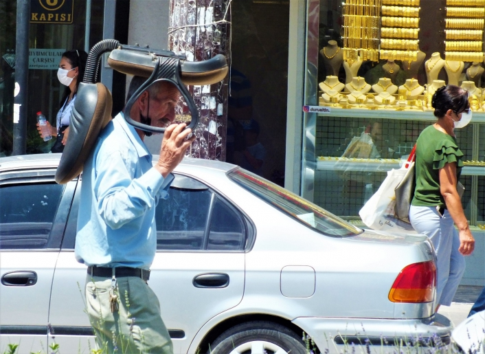 Sıcaktan korunmak isteyen vatandaştan ilginç yöntem: Kafasının üstünde koltukla yürüdü