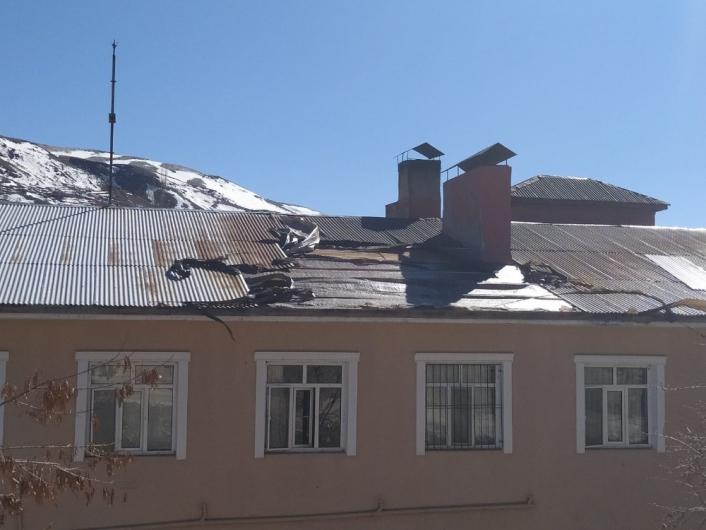Şiddetli rüzgar Çelikhan´da çatıları uçurdu