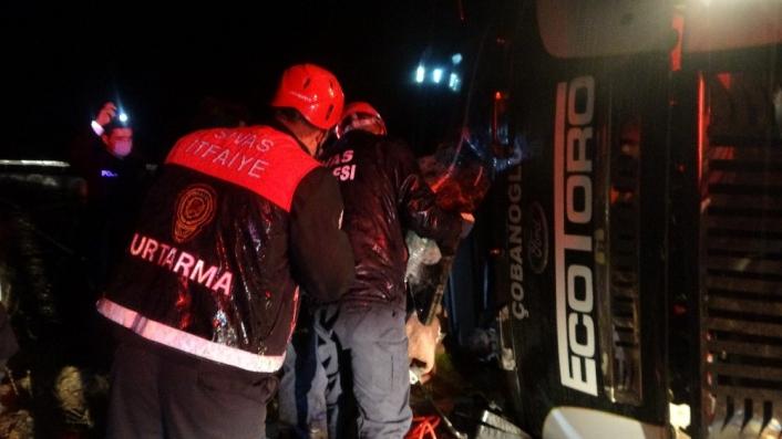 Sivas´ta kamyon yan yattı, araç içerisinde sıkışan sürücü güçlükle kurtarıldı