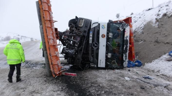 Sivas´ta kar kürüme aracı devrildi: 2 yaralı