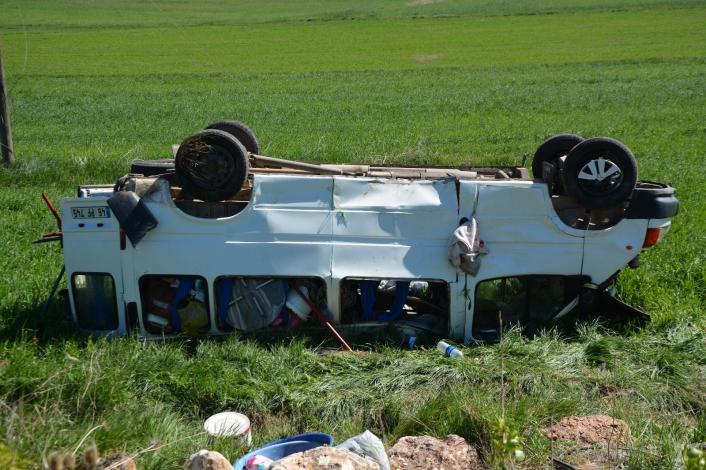 Sivas´ta mevsimlik işçileri taşıyan minibüs kaza yaptı: 5 yaralı