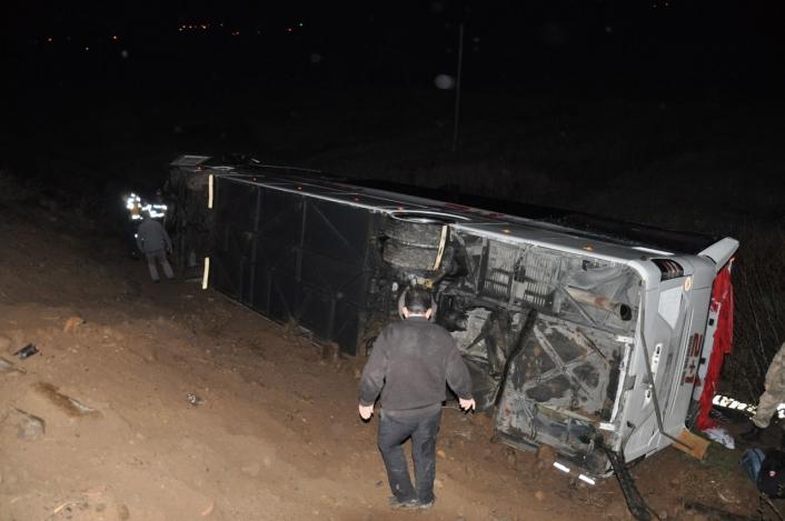 Sivas´ta yolcu otobüs tarlaya uçtu: 39 yaralı