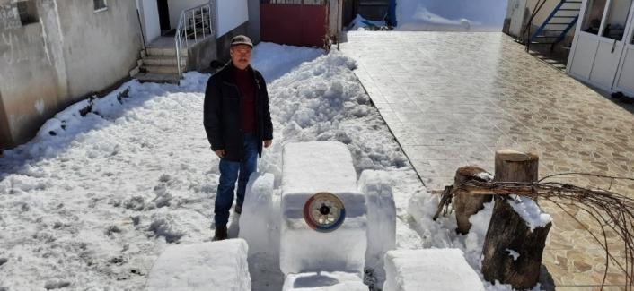 Sivaslı çiftçinin kardan yaptığı traktör görünümüyle dikkat çekti