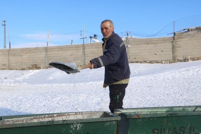 Sivaslı çoban, koyunların su içmesi için donan yalağın buzunu kürekle kırdı