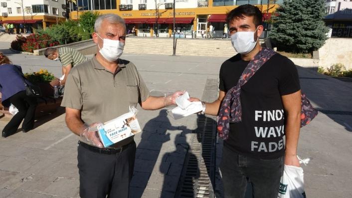 Sivaslı iş adamı memleketinde 15 bin adet maske dağıttırdı