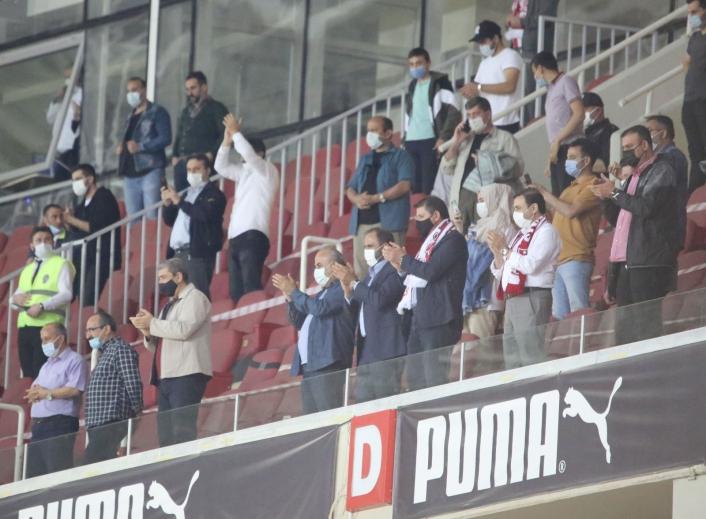 Sivasspor yönetimi takımı ayakta alkışladı