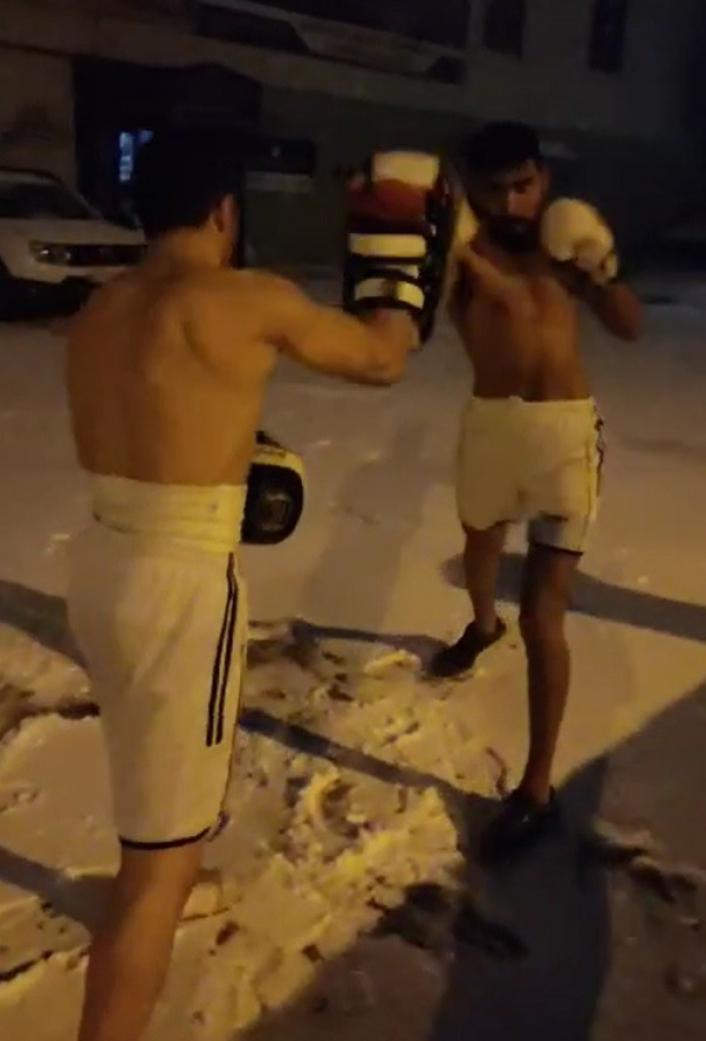 Soğuğa aldırmadan giysilerini çıkartıp kick boks yaptılar