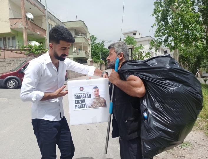 Sokak sokak gezip gıda paketi dağıttılar