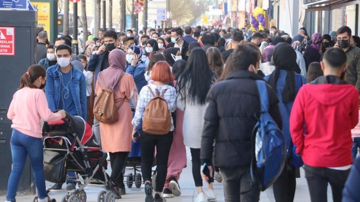 Tam kapanma öncesi sokaklar ana baba gününe döndü