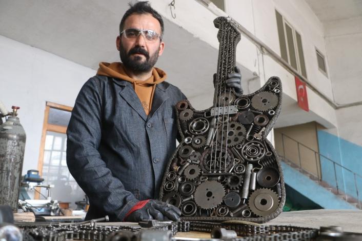 Tamamını atık metal malzemelerden yaptı, satın almak isteyenlerin tekliflerini geri çeviriyor