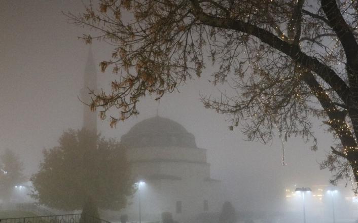 Tarihi kent meydanında sis kartpostallık görüntüler oluşturdu