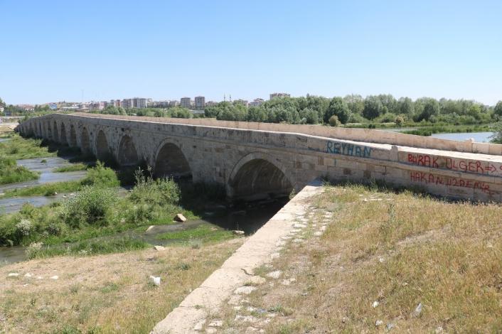 Tarihi köprüde içler acısı görüntüler