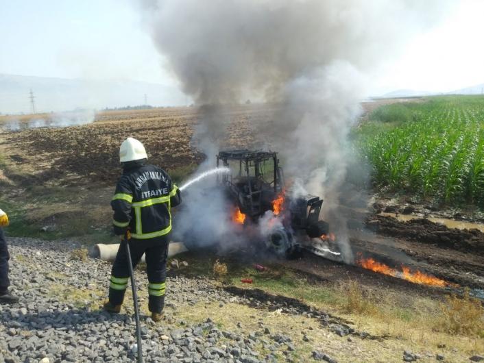 Tarla sürerken yanan traktör kullanılamaz hale geldi