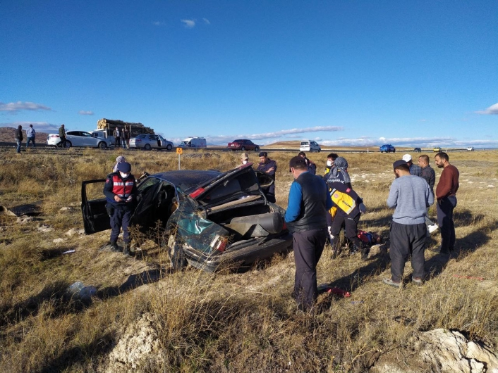 Tarlaya uçan otomobil hurdaya döndü: 2 yaralı