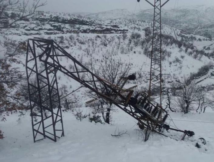 Taşgedik köyünde elektrik direkleri devrildi