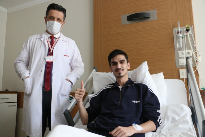 Tek kesiden çifte akciğer operasyonu ile  hem sağlığına kavuştu, hem de tıp tarihine geçti