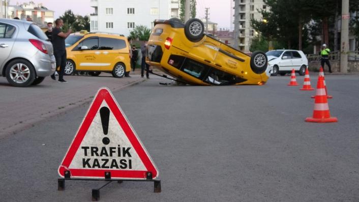 Ticari taksiyle otomobil çarpıştı: 7 yaralı