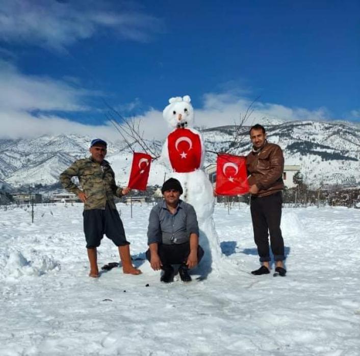 Türk bayraklı kardan adama yoğun ilgi