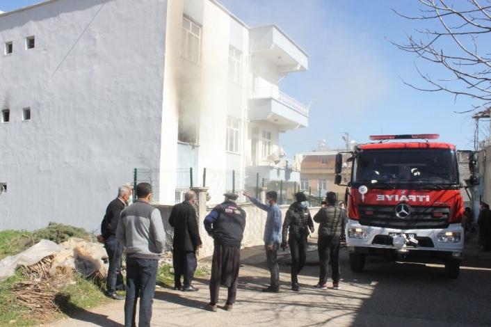 Üç katlı apartmanda çıkan yangın paniğe neden oldu