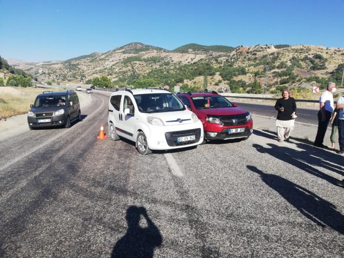 Üç otomobilin karıştığı kazada 2 kişi yaralandı