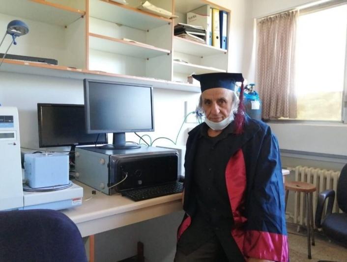 Üniversiteyi 1988´de bırakmıştı, tekrar başladı 67 yaşında mezun oldu