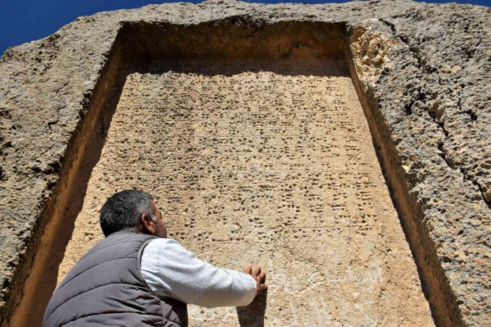 Urartular tarafından çivi yazısıyla yazılan 3 bin yıllık taş kitabe, ilk günkü ihtişamını koruyor