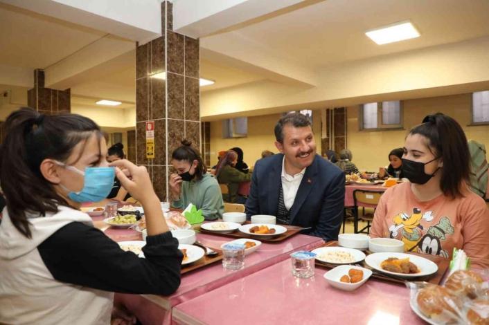 Vali Ayhan, öğrencileri ziyaret etti