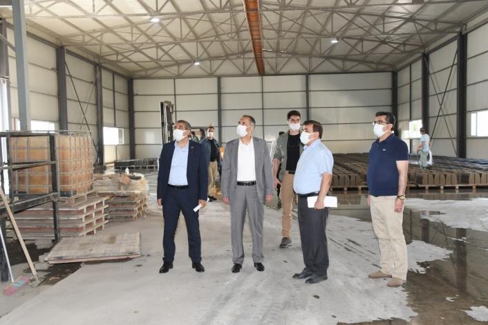 Vali Çuhadar, kilitli parke üretim tesisini inceledi