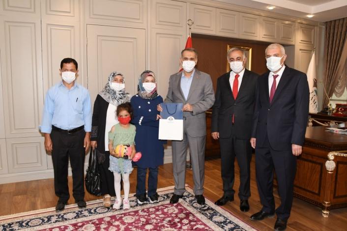 Vali Mahmut Çuhadar, YKS il birincisi Hatice Ünlü´yü ödüllendirdi