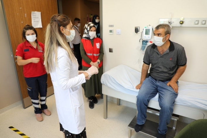 Vali maskelerini almıştı, hem tedavisi başladı, hem de maaş bağlandı