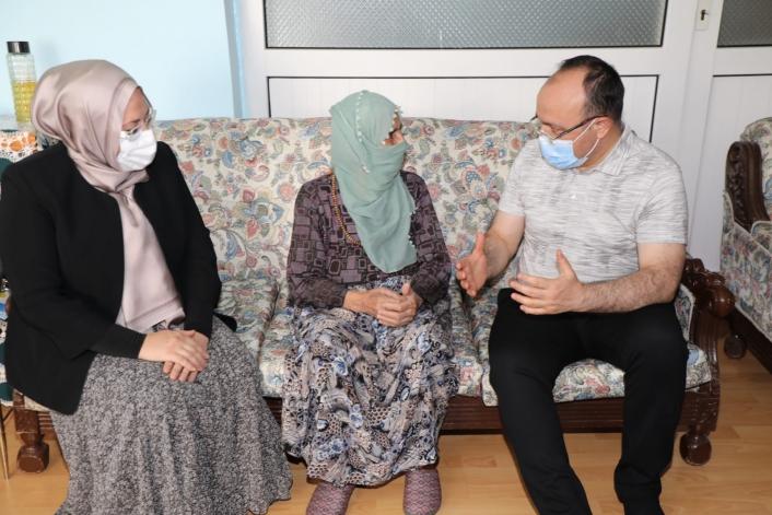 Vali Yırık, Zafer Bayramı´nda 99 yaşındaki Pembe nine ile bir araya geldi