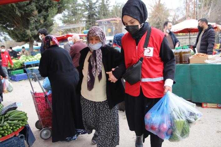 Vefalı gençler, pazara gitti yaşlılara yardım etti