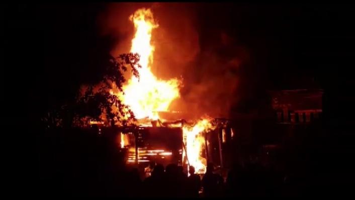 Yangında evlerini kaybettiler, yetkililerden yardım bekliyorlar