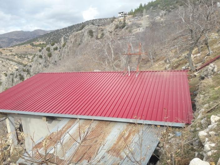 Yangında zarar gören evin çatısı onarıldı