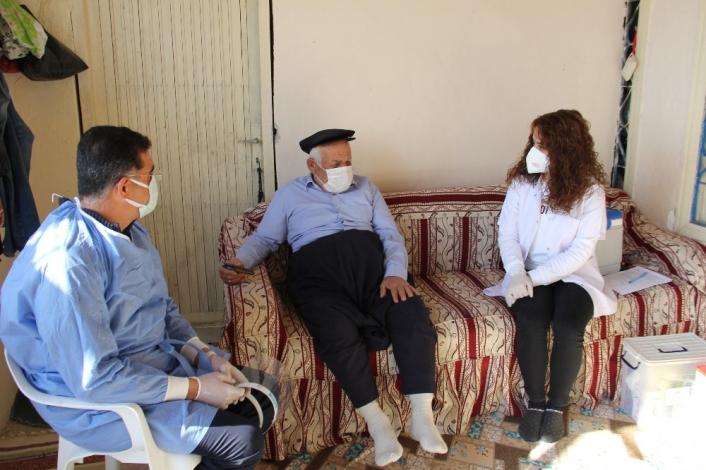 Yaşlı adamdan aşı için gelen genç doktora: