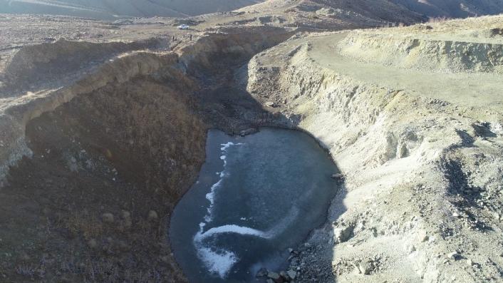 Yazdan kalma günlerin yaşandığı köyde gölet buz tuttu
