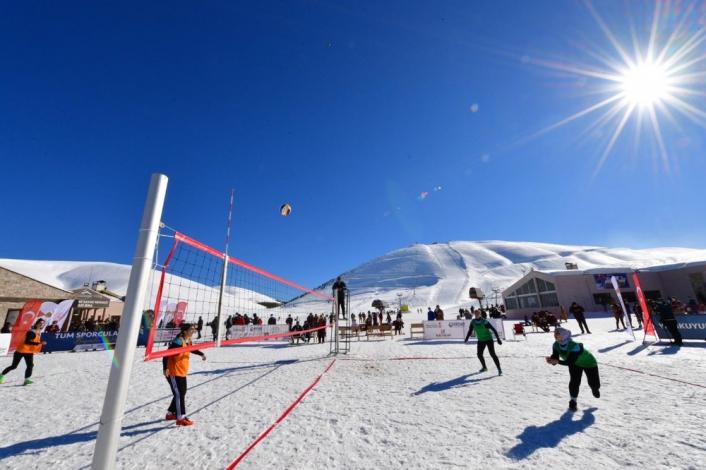 Yedikuyular Kayak Merkezi´nde Kar Voleybolu Turnuvası