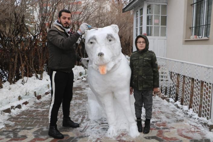 Yeğenleri istedi, heykeltıraş 5 saatte kardan kangal yaptı