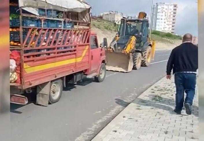 Yolda kalan meyve sebze yüklü kamyoneti iş makinesiyle götürdüler