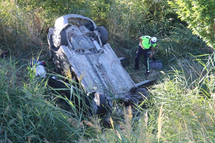 Yoldan çıkan araç şarampole uçtu: 2´si ağır 6 yaralı (2)
