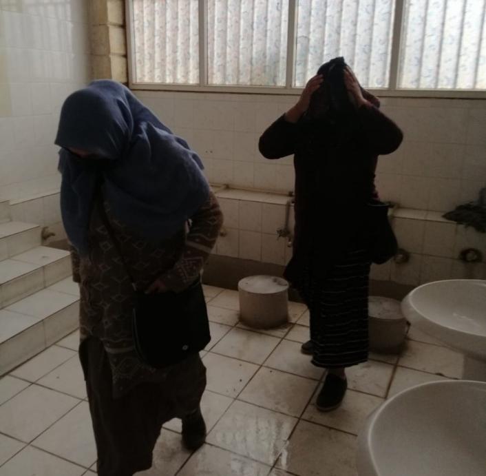 Zabıta ve polisten kaçan dilenciler tuvalette yakalandı